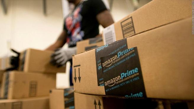 Cajas con la etiqueta del servicio Amazon Prime, de Amazon.