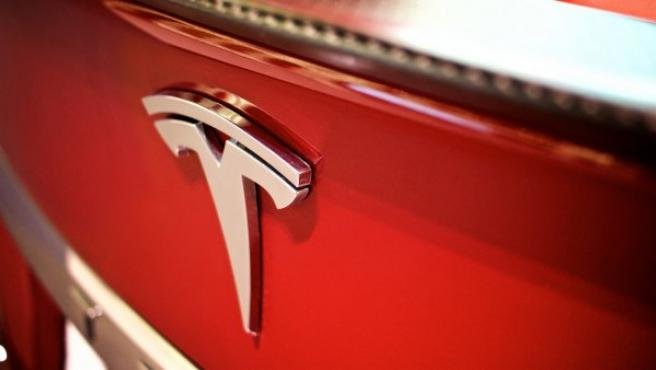 Logotipo de un Tesla Model S.
