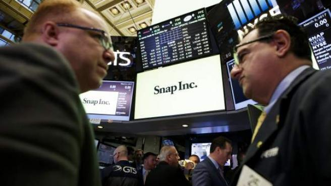 Corredores de bolsa en la oferta pública de venta de Snap, la empresa matriz de Snapchat, en la Bolsa de Nueva York.