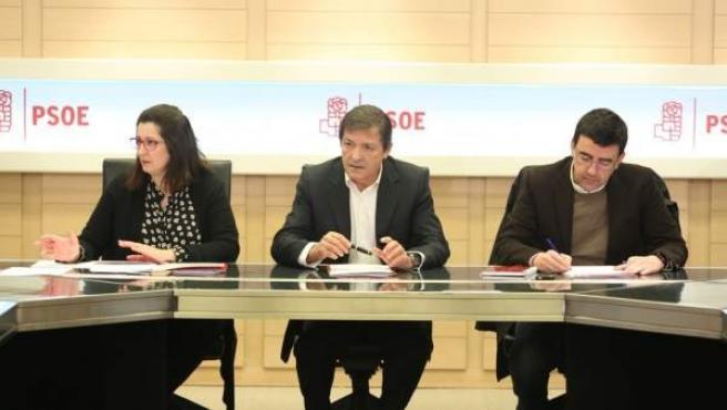 Javier Fernández y Mario Jiménez en una reunión de la Gestora del PSOE en Ferraz.