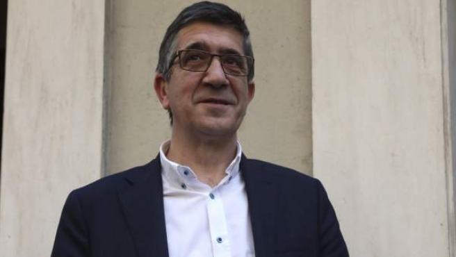 El aspirante a la Secretaría General del PSOE, Patxi López, ha formalizado su precandidatura en la sede del partido en Madrid.