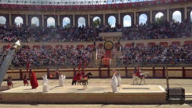 Imagen de uno de los espectáculos históricos que se llevan a cabo en el Puy du Fou francés, inspirado en la Antigua Roma.