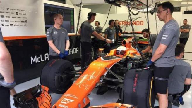 El piloto Oliver Turvey, parado en el box de McLaren, en los test de Bahréin.