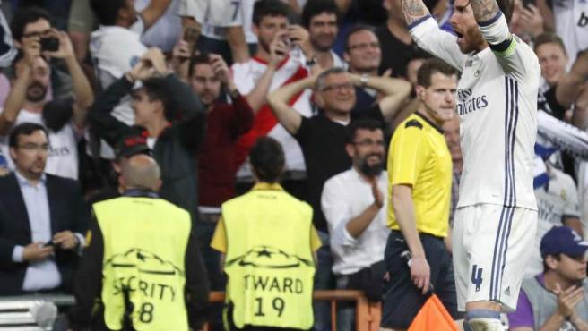 El defensa del Real Madrid, Sergio Ramos, celebra el segundo gol del equipo madridista.