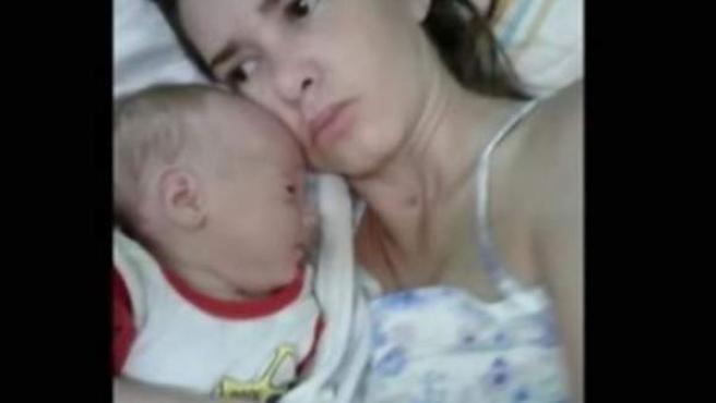 La mujer argentina Amelia Bannan y su hijo.