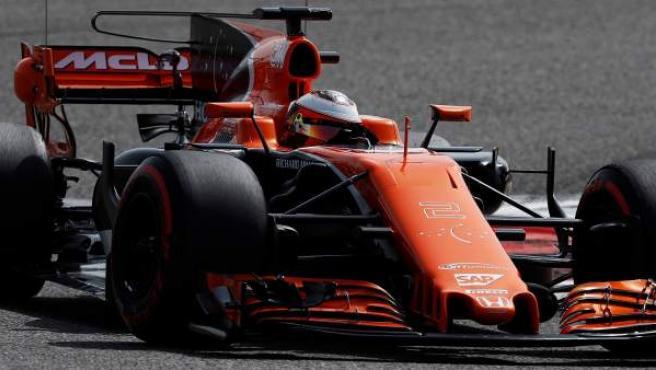 Stoffel Vandoorne, al volante del McLaren MCL32, en la segunda jornada de entrenamientos en Bahréin.