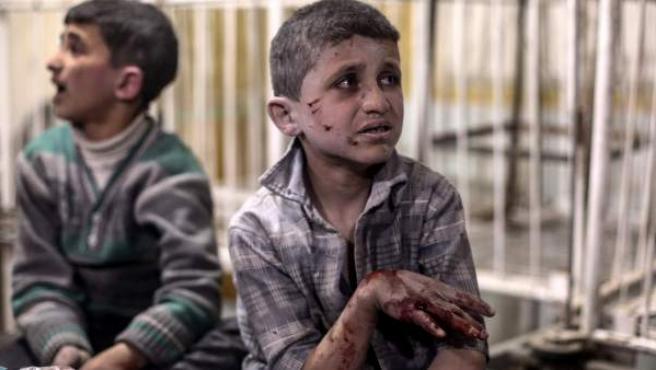 Niños heridos reciben tratamiento médico en un hospital de campaña en Siria.