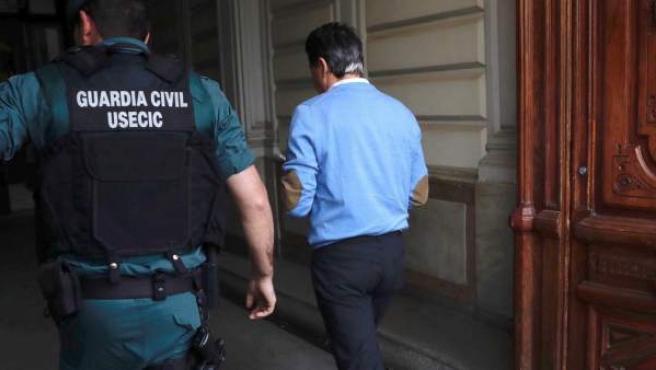 Ignacio González, expresidente de la Comunidad de Madrid, a su llegada al despacho junto a agentes de la UCO.