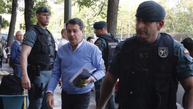 El expresidente de la Comunidad de Madrid, Ignacio González, a su llegada al despacho que tiene en la calle Alcalá de Madrid acompañado por Guardias Civiles para proceder al registro del mismo.