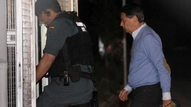 El expresidente de la Comunidad de Madrid Ignacio González, detenido por supuesta corrupción en el Canal de Isabel II, a su llegada a la Comandancia de la Guardia Civil de Tres Cantos, Madrid, para pasar la noche en sus calabozos.