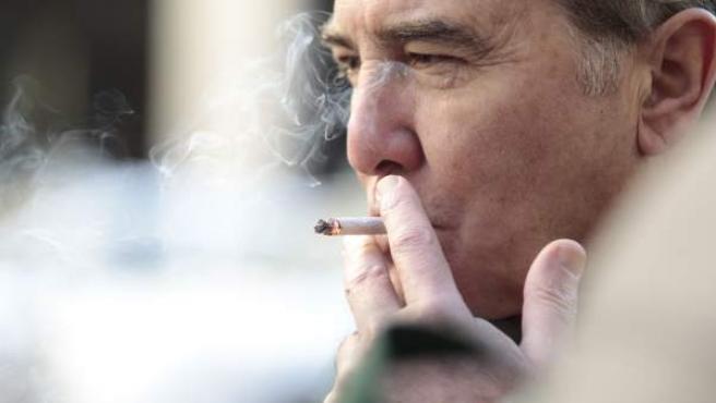 Un hombre fumando tabaco de liar.