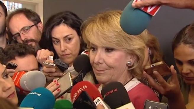 La expresidenta de la Comunidad de Madrid, Esperanza Aguirre, con los ojos llorosos, habla con la prensa a su salida de la Audiencia Nacional.