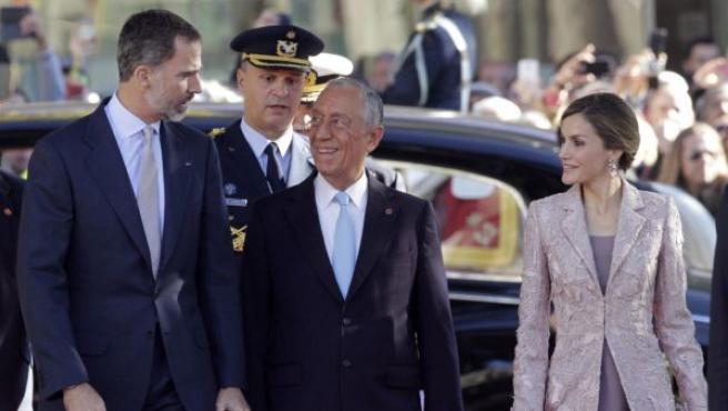 Los reyes de España, Felipe VI y Letizia, son recibidos por el presidente de Portugal, Marcelo Rebelo de Sousa (c), a las puertas de la Cámara municipal de Porto, al comienzo de la visita de Estado de los monarcas al país vecino.