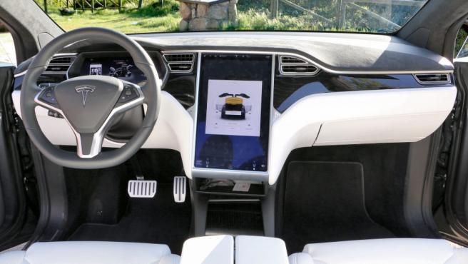 """Según Tesla, es la pantalla táctil más grande fabricada para un coche. Mide 17 pulgadas (unos 43 cm en diagonal). Desde nuestra experiencia, es bastante intuitiva y en pocos minutos te acuerdas de dónde están casi todos los elementos básicos, aunque también es cierto que al ser una pantalla tan grande, al principio cuesta ubicar todos los elementos de forma rápida. Esto hace que nos podamos distraer si vamos al volante. Sin embargo, Tesla nos especifica que la idea es que el conductor siga la pantalla que tiene frente a él -que ofrece una gran calidad de imagen-, tras el volante, y no la pantalla más grande, que debe manipular el copiloto o el conductor cuando no está circulando.Dicha pantalla muestra la información de que el vehículo tiene conexión a Internet, lo que no significa que ofrezca WiFi a los ocupantes. Con esto, es interesante conocer que desde el navegador se pueden consultar todos los puntos de carga puestos por Tesla en las carreteras por si vas a viajar y necesitas conocer dónde cargar tu vehículo. El vehículo, al estar conectado, recibe periódicamente actualizaciones. Según Tesla, """"el objetivo de actualizar el coche es mejorar siempre el vehículo. Las actualizaciones pueden ser desde cambios en la climatización, velocidad y comportamiento del coche, cambios en la interfaz de la pantalla…""""."""