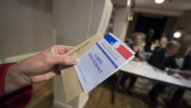 Un votante sostiene una papeleta en la primera vuelta de las elecciones presidenciales de Francia.