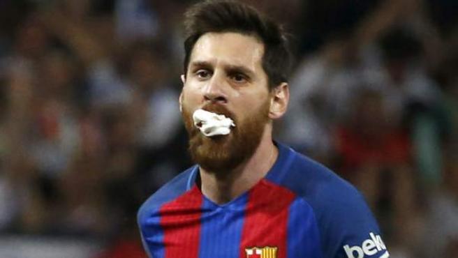 Leo Messi con una gasa en la boca.