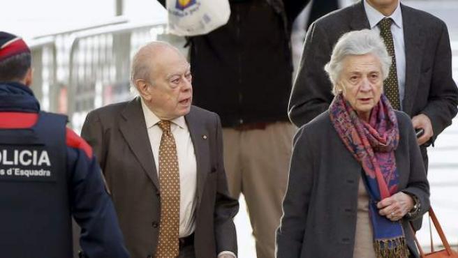 El expresidente de la Generalitat Jordi Pujol a su llegada a la Ciudad de la Justicia acompañado de su esposa, Marta Ferrusola, para declarar ante la jueza como imputados por delitos contra la Hacienda Pública y blanqueo de capitales a causa de los fondos ocultados en el extranjero sin declarar durante más de 30 años.