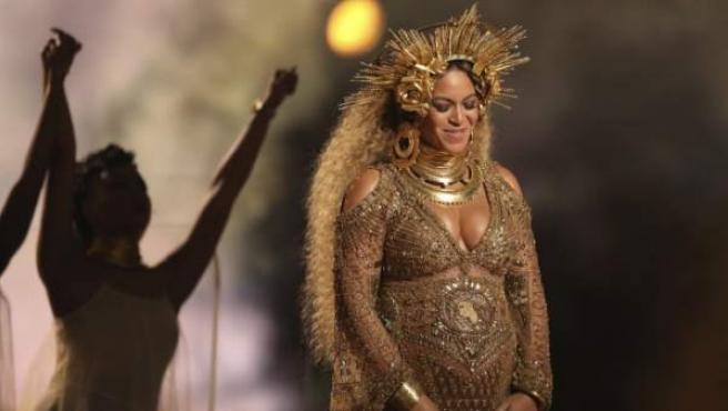 Beyoncé actúa embarazada en los Grammy 2017.