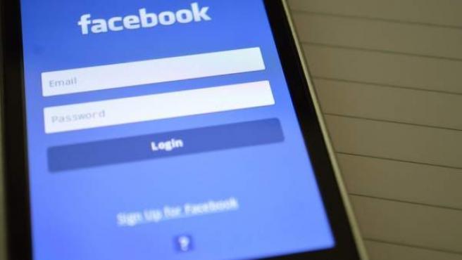 Pantalla de introducción de contraseña en la versión móvil de Facebook.