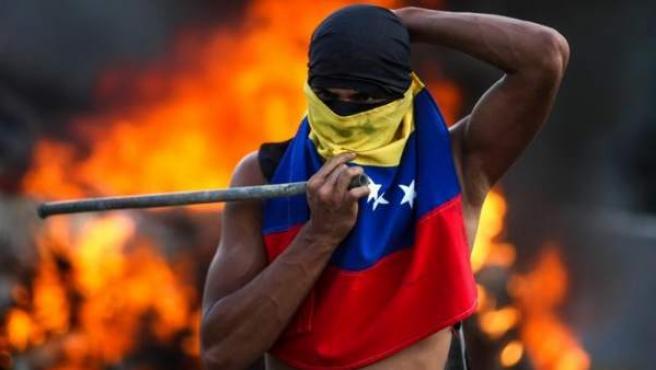 Un hombre participa este lunes en Caracas en una manifestación contra el Gobierno venezolano de Nicolás Maduro.
