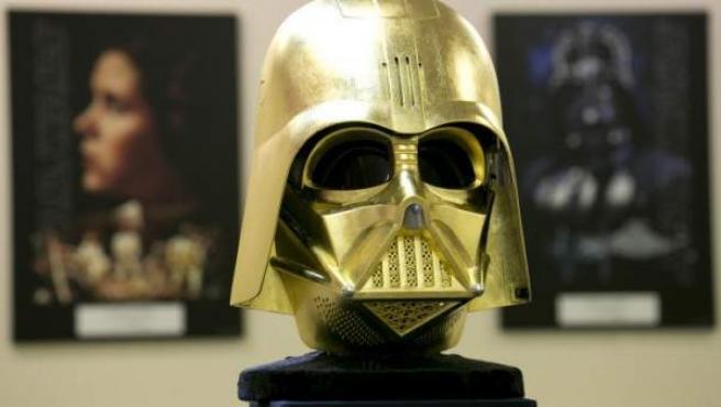 La réplica en oro del casco de Darth Vader que se vende en una joyería japonesa.