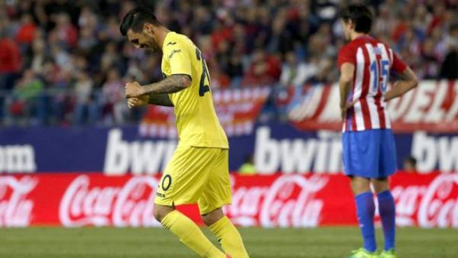 Roberto Soriano celebra el gol del Villarreal al Atlético con Savic de fondo.