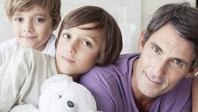 Un padre con sus hijos.
