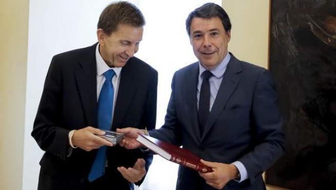 El fiscal jefe de Anticorrupción, Manuel Moix (i), junto al expresidente de Madrid Ignacio González, ahora en prisión por desvío de fondos del Canal de Isabel II.