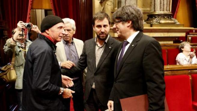 Llach con Puigdemont en el Parlament.