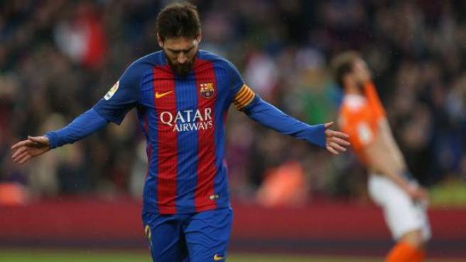 Leo Messi celebra su gol ante Osasuna.