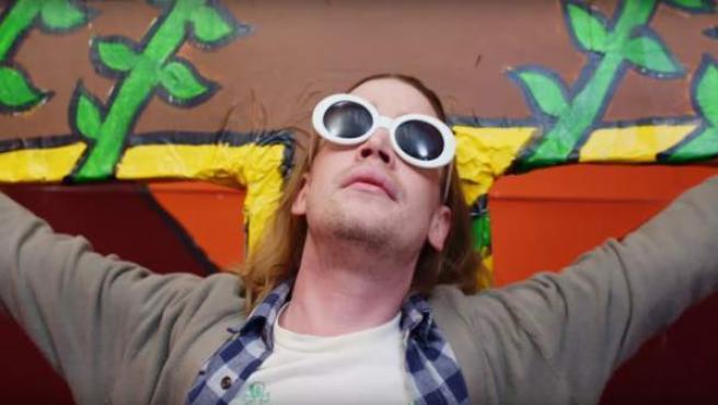 El actor Macauly Culkin, disfazado de Kurt Cobain.