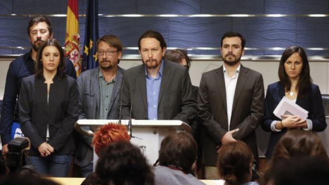 Los líderes de Unidos Podemos, con Pablo Iglesias a la cabeza, anuncian la propuesta de moción de censura contra Rajoy en el Congreso de los Diputados.