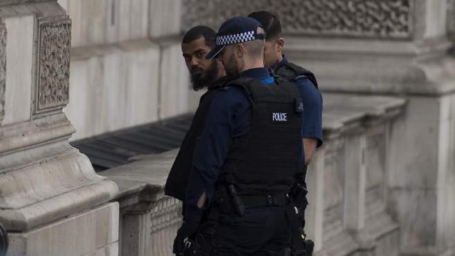 La policía detiene a un hombre en la avenida Whitehall por su vinculación terrorista.