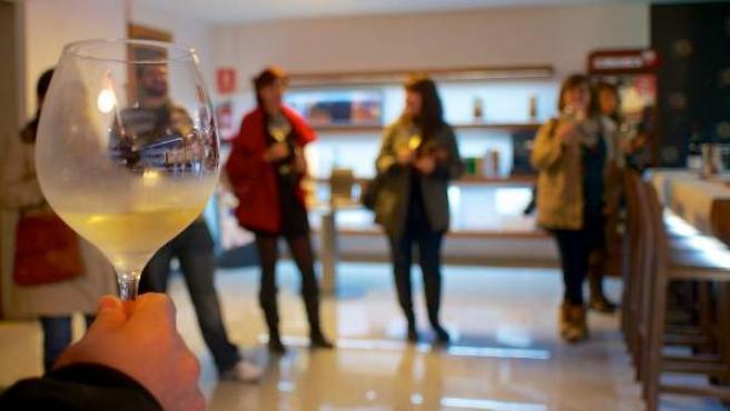 Un grupo de enoturistas, disfrutando de una cata de vino blanco en una de las bodegas del Bierzo.
