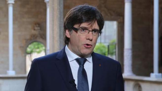 Imagen del president de la Generalitat, Carles Puigdemont, durante el mensaje institucional de Sant Jordi.