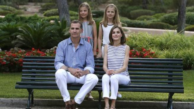 El rey Felipe VI y la reina Letizia posan con sus hijas, la princesa Leonor (d) y la infanta Sofía (i), en el Palacio de Marivent, durante sus vacaciones en Palma.