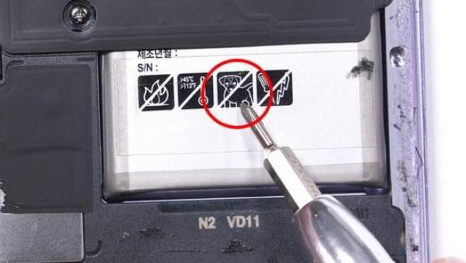 Etiqueta antiperro en el Galaxy S8.