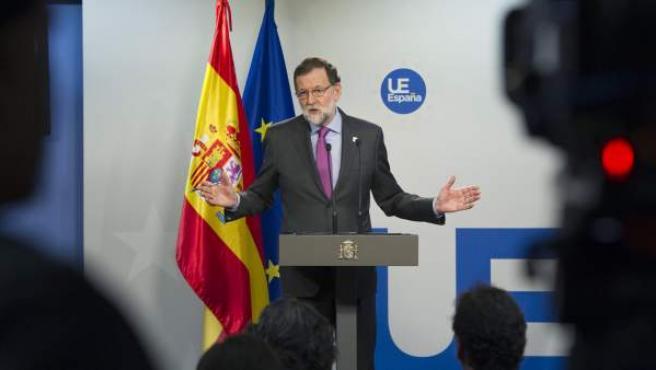 El presidente del Gobierno, Mariano Rajoy, durante la rueda de prensa que ha ofrecido hoy en Bruselas tras la cumbre extraordinaria de los líderes de la UE sobre el 'brexit'.