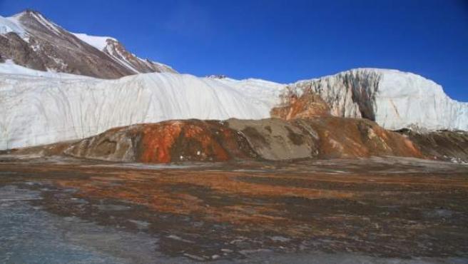 El fenómeno conocido como 'cataratas de sangre' en la Antártida.