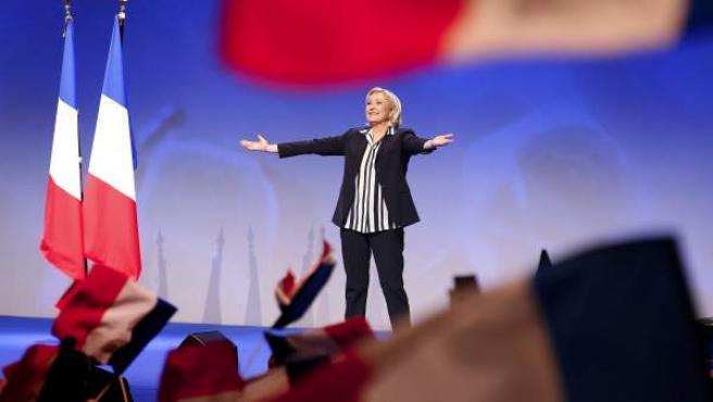 Marine Le Pen, saluda a los asistentes a un mitin electoral en Niza (Francia).