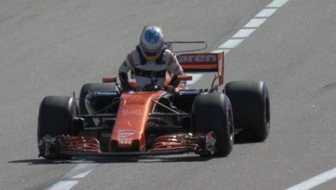 Momento en el que Fernando Alonso abandona en Sochi.