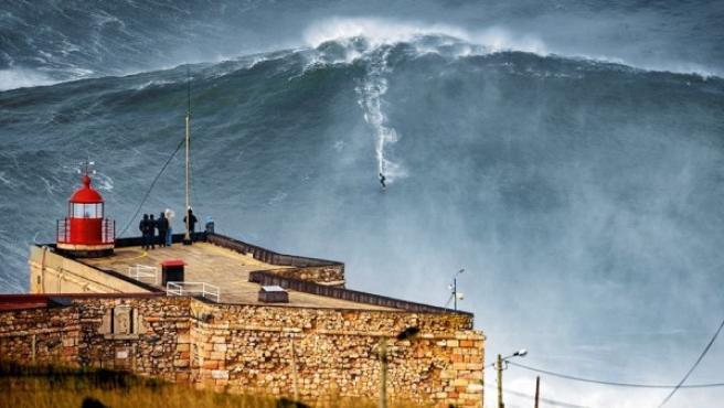 Imagen de archivo del surfista Garrett McNamara 'cabalgando' una enorme ola en Nazaré, en la costa portuguesa, donde las olas son gigantescas en algunas épocas del año.