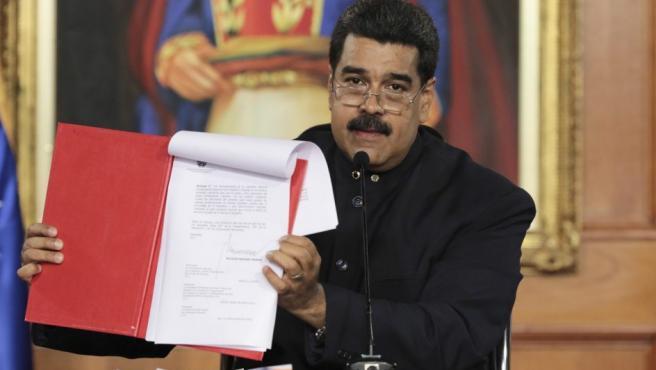 Nicolás Maduro, muestra el documento del decreto que da vía a un proceso constituyente, en Caracas (Venezuela).