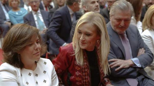 La presidenta regional Cristina Cifuentes acompañada por la vicepresidenta del Gobierno, Soraya Sáenz de Santamaría (i).