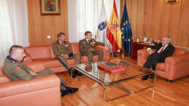 El subdelegado del Gobierno en Ourense con la Guardia Real.