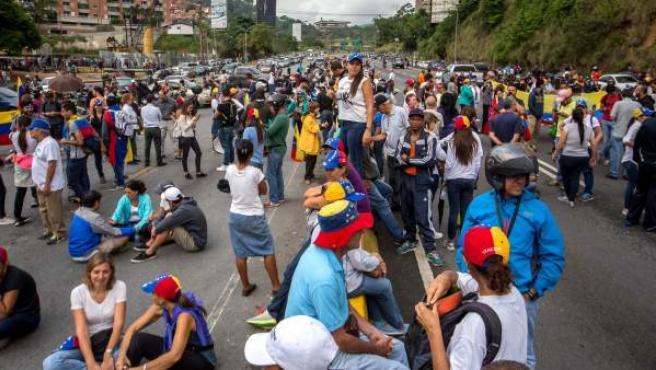 Un grupo de personas participa en una manifestación en Caracas (Venezuela).