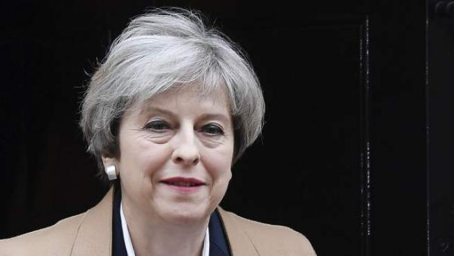 Theresa May sale del número 10 de Downing Street.