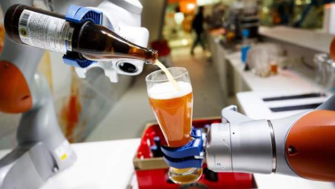 Un robot hace una demostración en la feria industrial de Hannover (Alemania) en abril de 2017.
