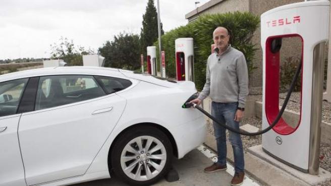 El valenciano Aland Bru, junto con su Tesla Model S.