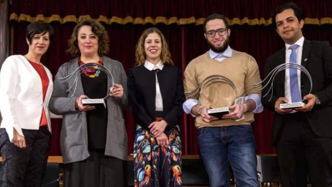 La presidenta de la Unió de Periodistes Valencians, Noa de la Torre (c), el fotoperiodista y periodista egipcio, Belal Darder (2d) y Abdallah Elshamy (d) el la presidenta de la Plataforma en Defensa de la Libertad de Información, Virginia Pérez Alonso, y la periodista de TVE Yolanda Álvarez (i) posan durante la 36 edición de los premios Llibertat d'Expressió del colectivo profesional, este miércoles, en València.